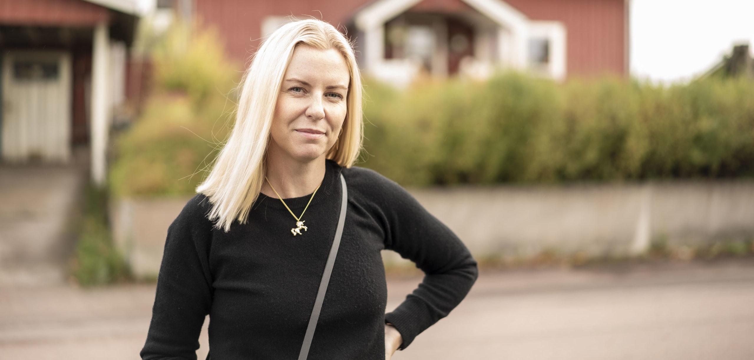 Pernilla Axelsson står utomhus och ler för det är Lilla Födelsedagen