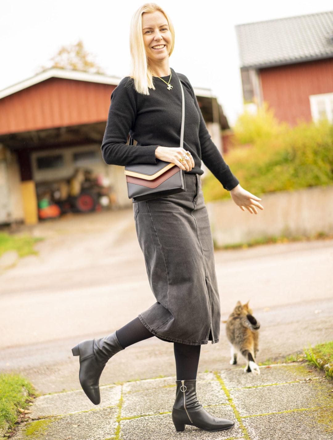 Pernilla Axelsson och hennes katt Kattis är utomhus och är glada för det är Lilla Födelsedagen