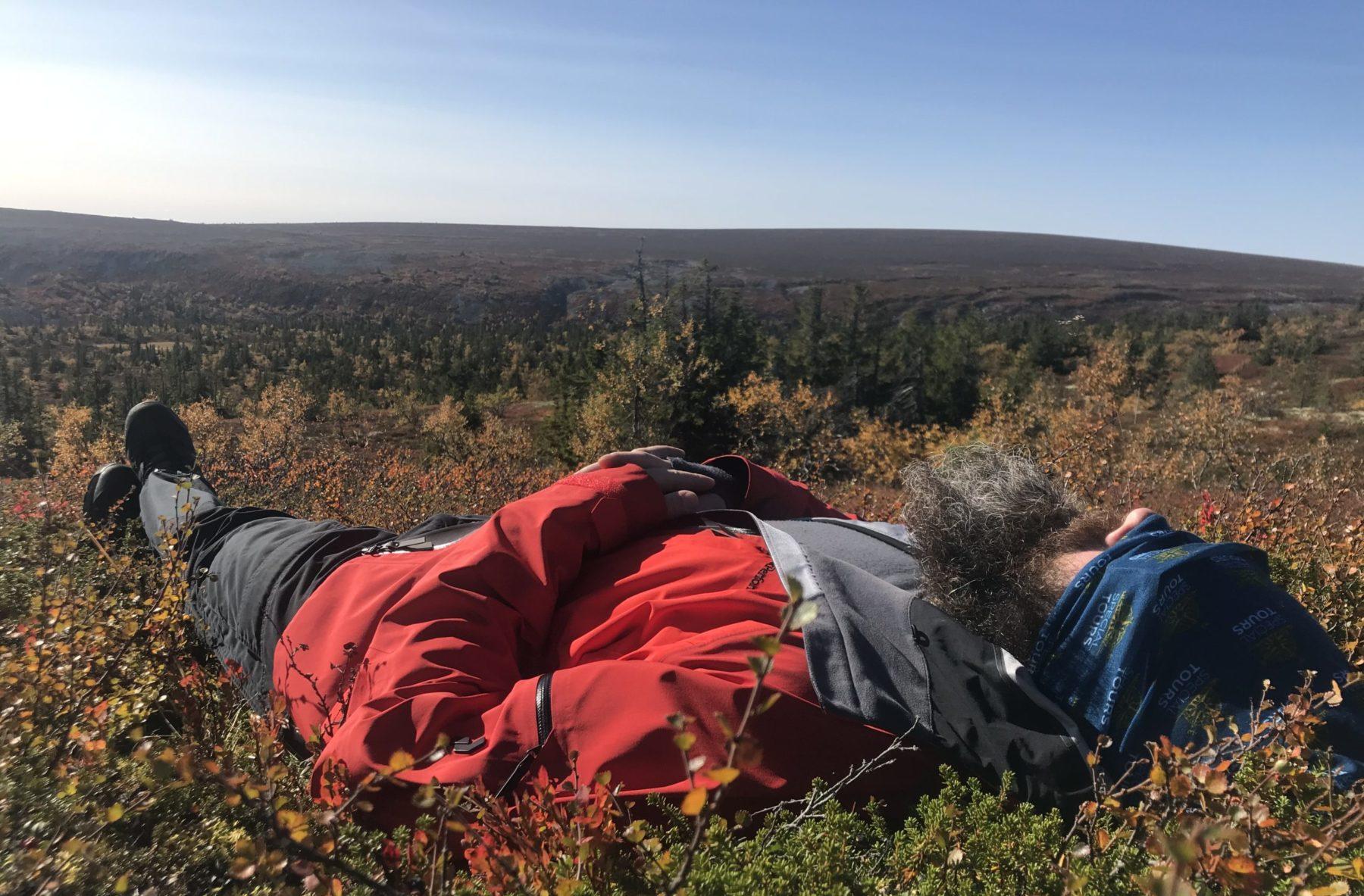 Lars Axelsson tar en powernap under vandringen