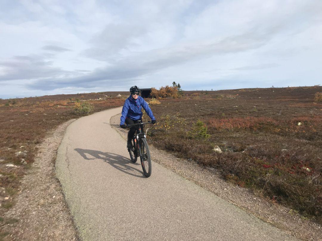 Pernilla Axelsson cyklar elmoutainbike i Sälen