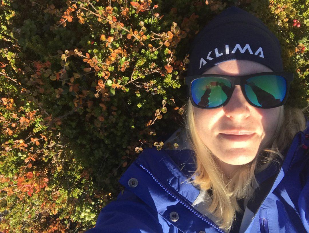 Pernilla Axelsson vilar i blåbärsriset