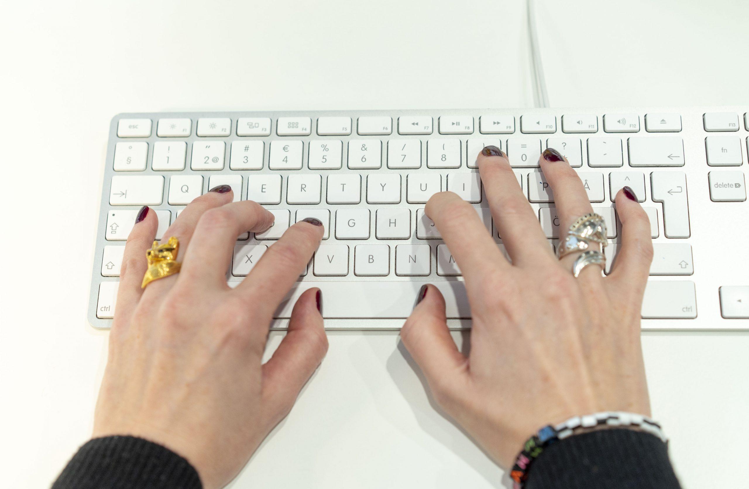 Pernilla Axelsson är certifierad UX-writer igen och skriver på ett tangentbord
