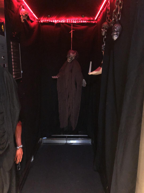 Ett låtsasskelett i hissen på Clarion Sign i Stockholm