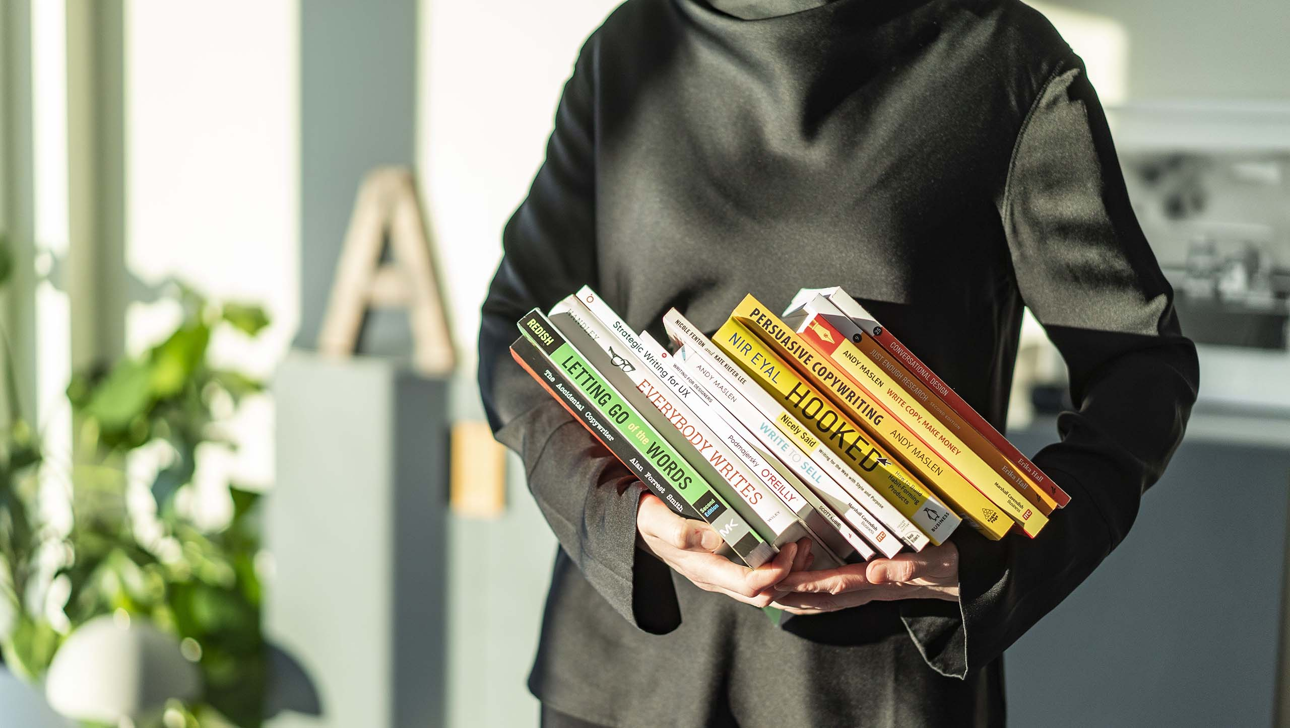 Pernilla Axelsson, copywriter och UX-writer, håller i tolv böcker