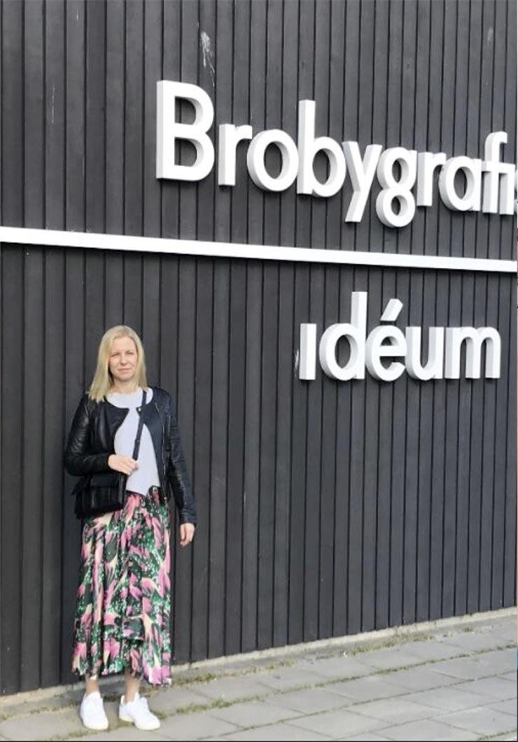 Pernilla står utanför Brobygrafiska